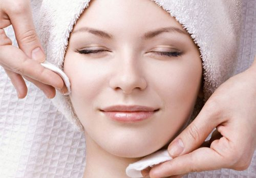 Vệ sinh da mặt sạch sẽ để hạn chế viêm nhiễm dẫn đến ngứa đỏ hai bên cánh mũi